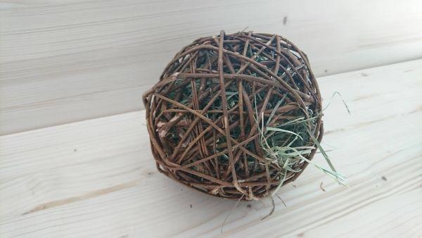 Weidenball mit Heu